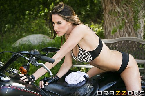 Kortney Kane follada encima de una moto