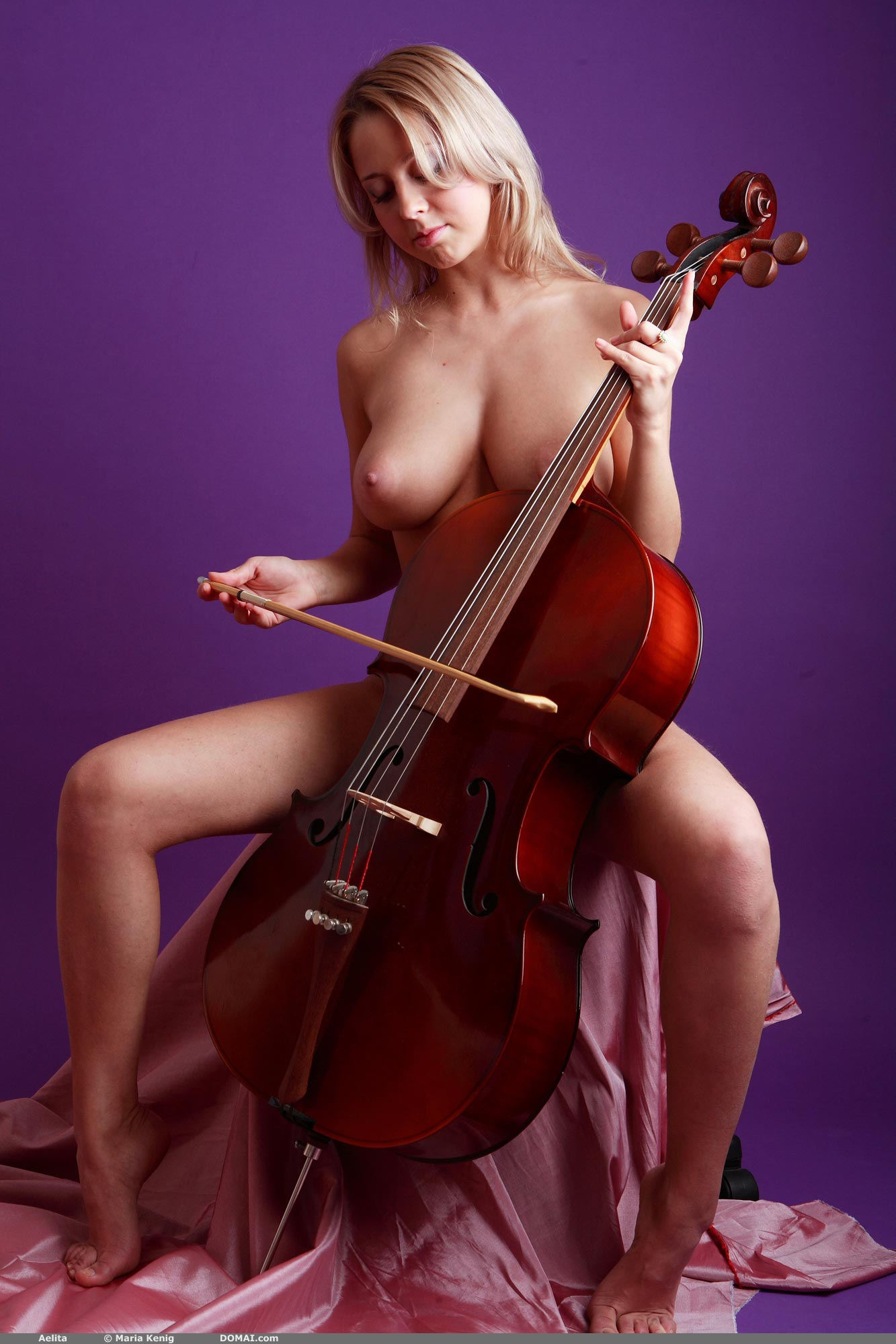 Голая виолончелистка