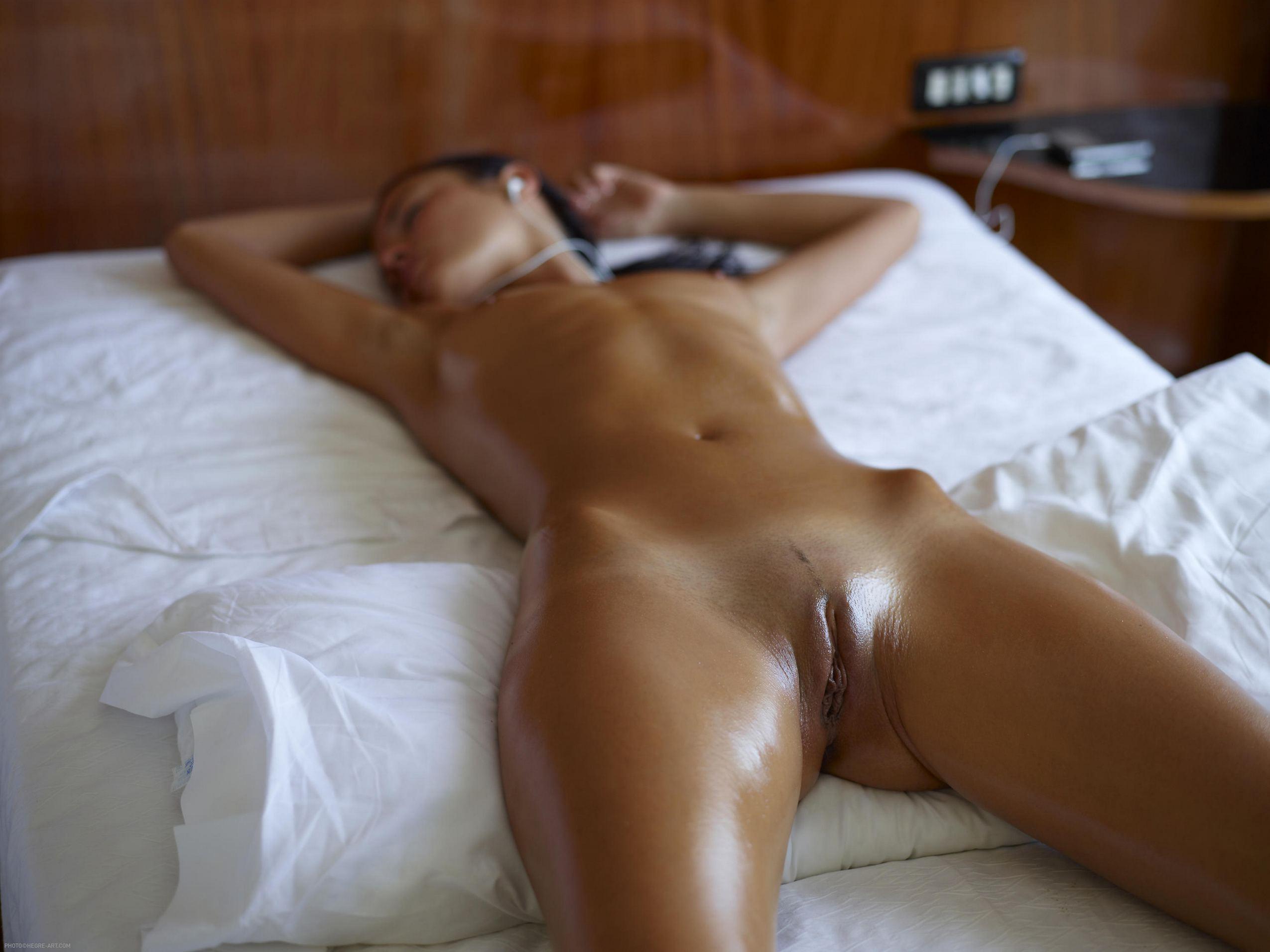 Эротические фото женщины лежа 5 фотография