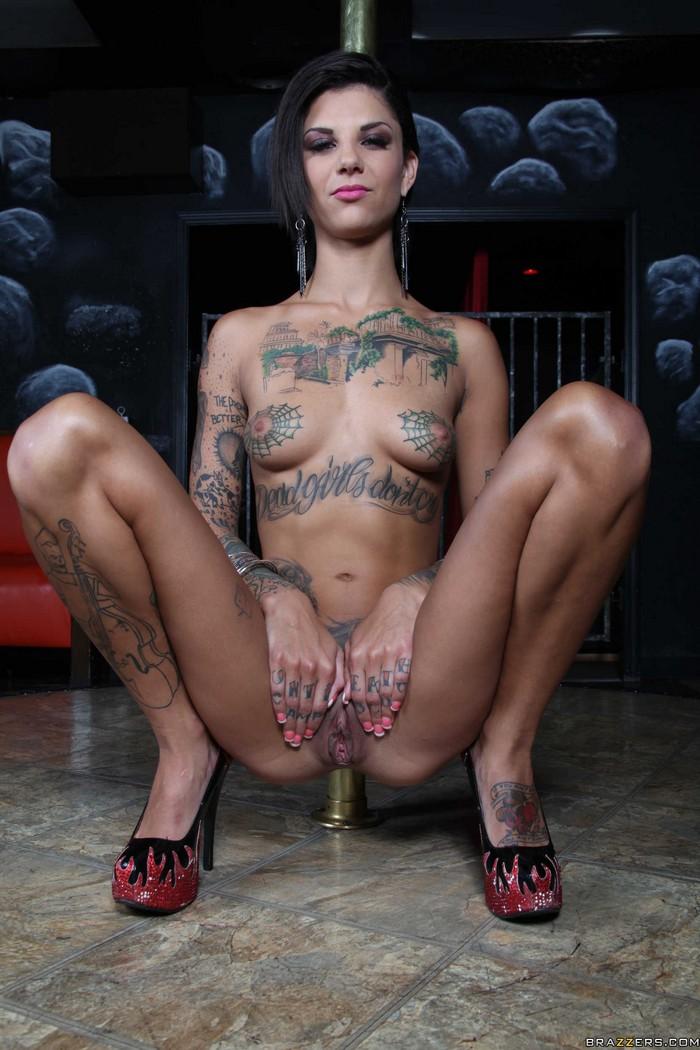 Порнозвезда с татуировкой ф