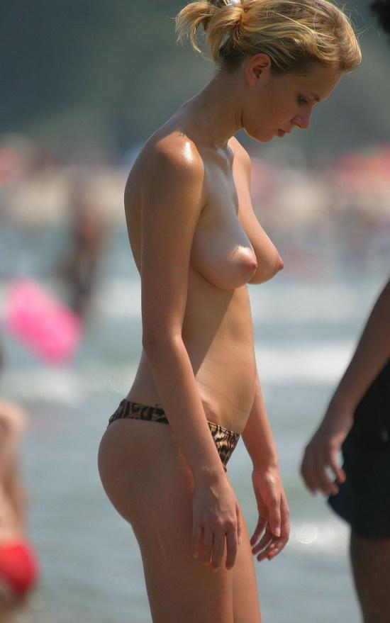Hermosa chica en topless en mykonos 1
