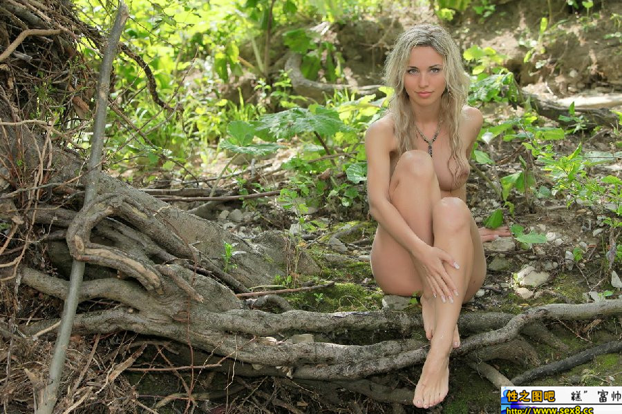 В лесу голая фото