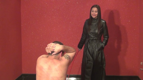 Bullwhipped By A Leather Femdom